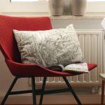 Neu eingezogen: der rote Stuhl vom Sperrmüll