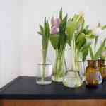 Frühlingsdeko – alte Chemiegläser werden zu Vasen