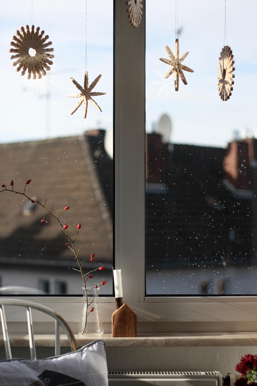 DIY Weihnachtssterne aus Holzklammern – www.craftifair.com
