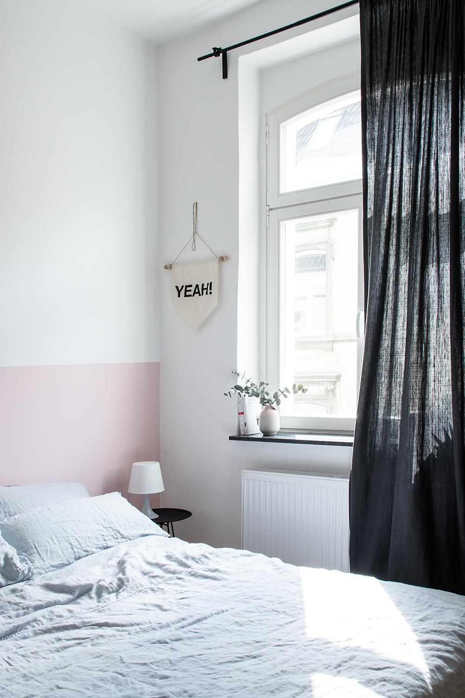Half painted pink wall in the bedroom - www.craftifair.de