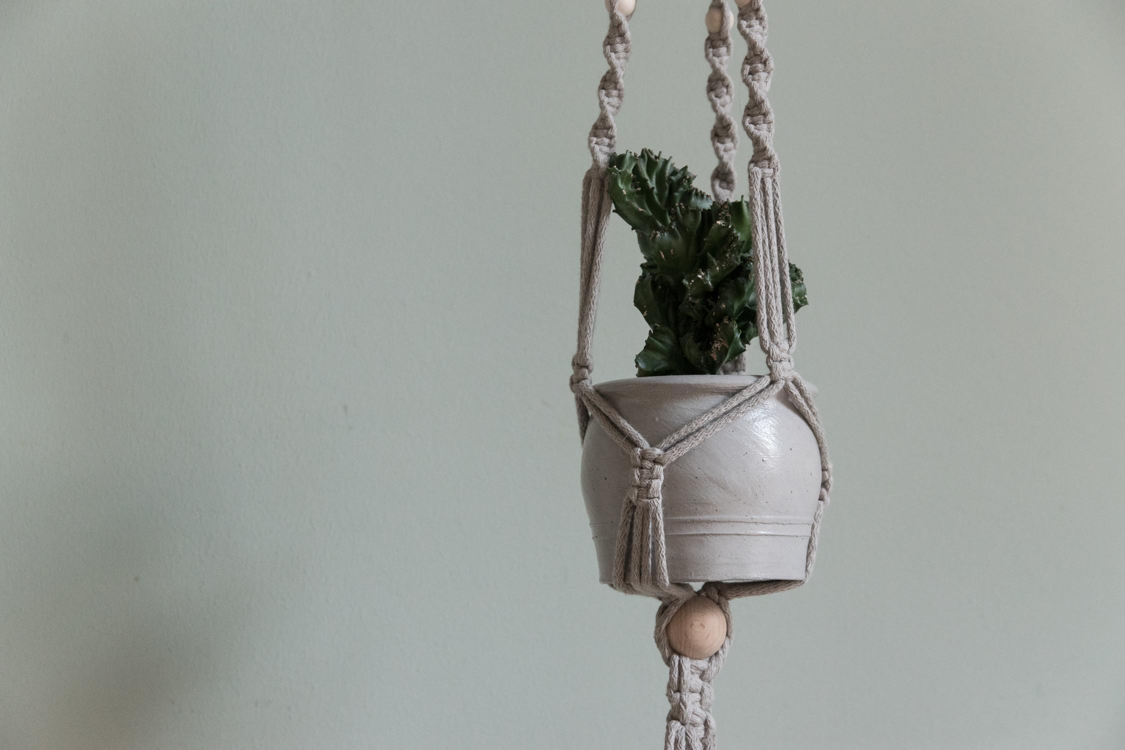DIY Macrame plant hanger - www.craftifair.com