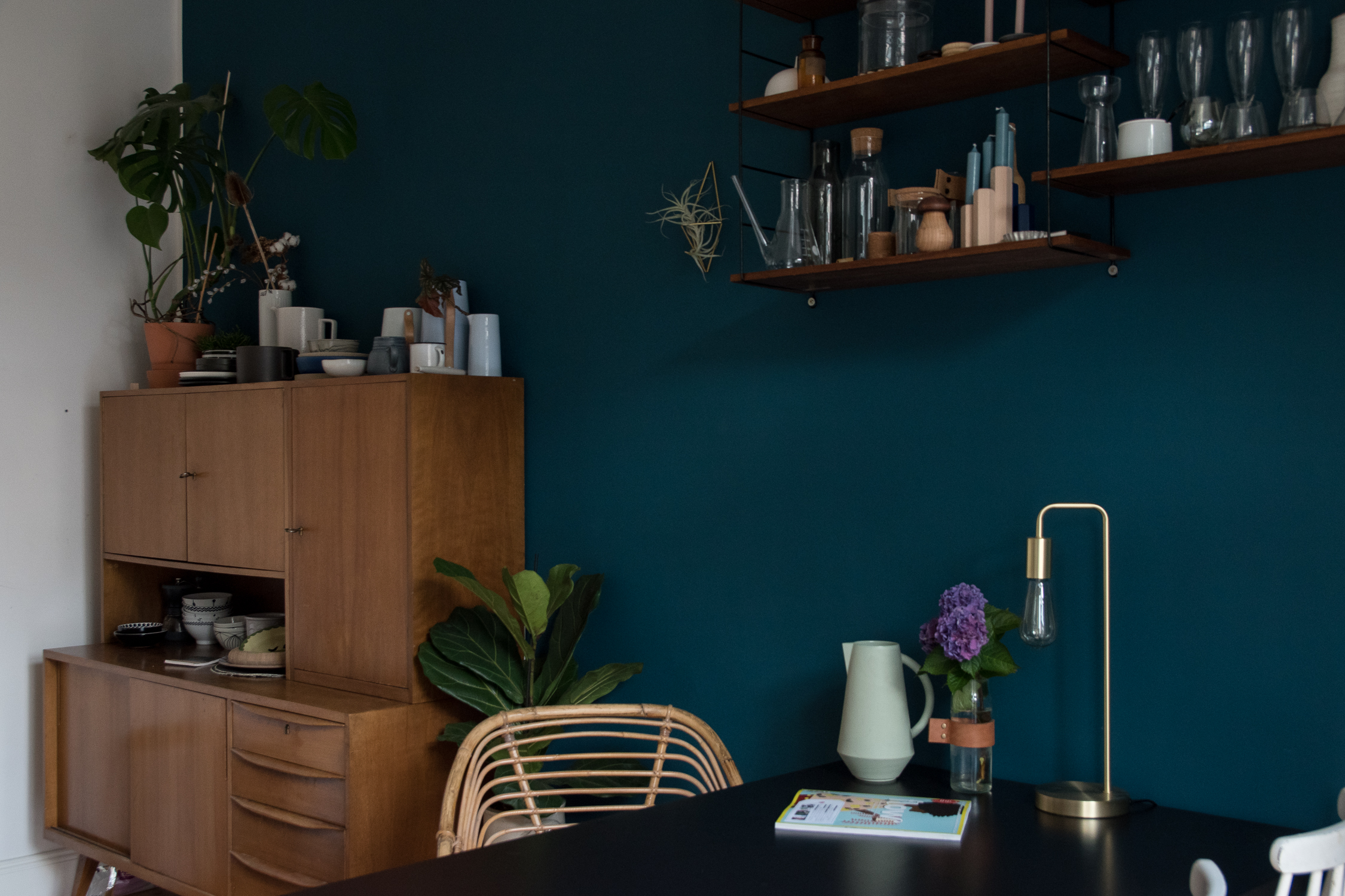 Vintage Sideboard blaue Wand