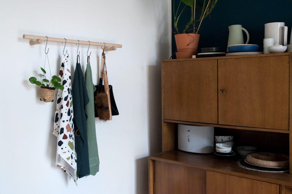 Schwebende Küchengarderobe – DIY Geschirrtuchhalter aus Holz