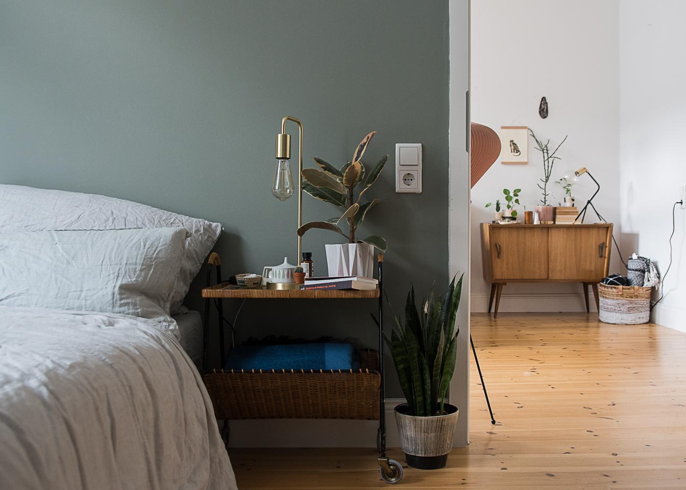 Schlafzimmer mit grüner Wand und Gira Lichtschalter