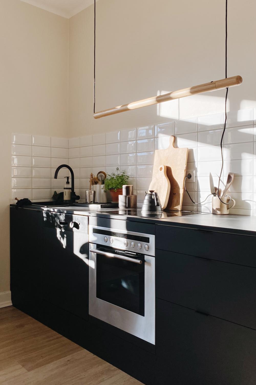 Ikea Küche mit selbstgebauten schwarzen Fronten