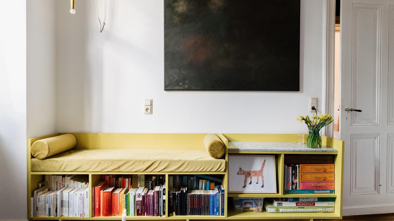 Bücherreagl mit Liegefläche von Hannah Kuhlmann