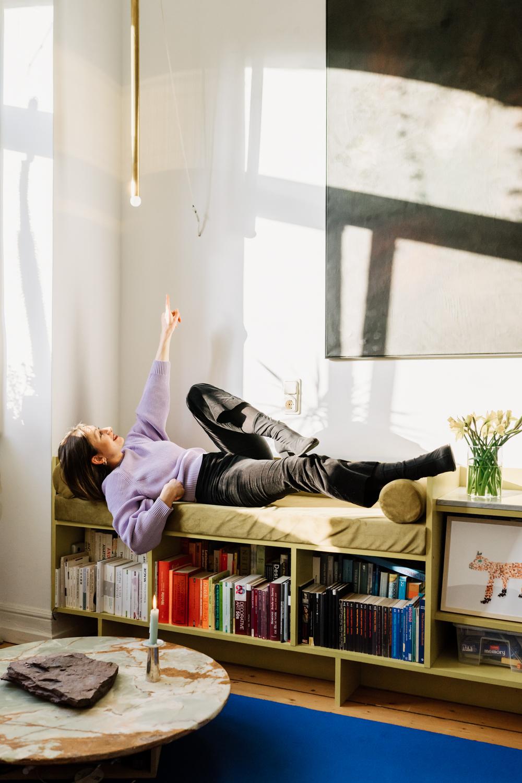 Hannah Kuhlmann im Wohnzimmer
