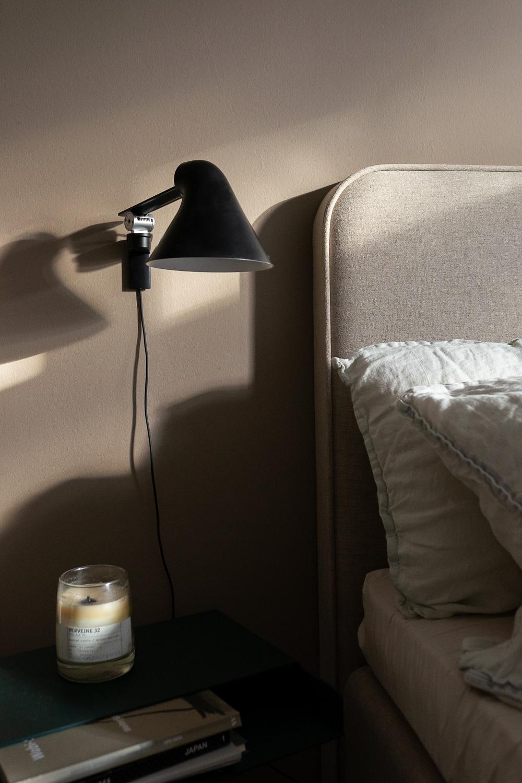 Schwarze Nachttischlampe im Schlafzimmer
