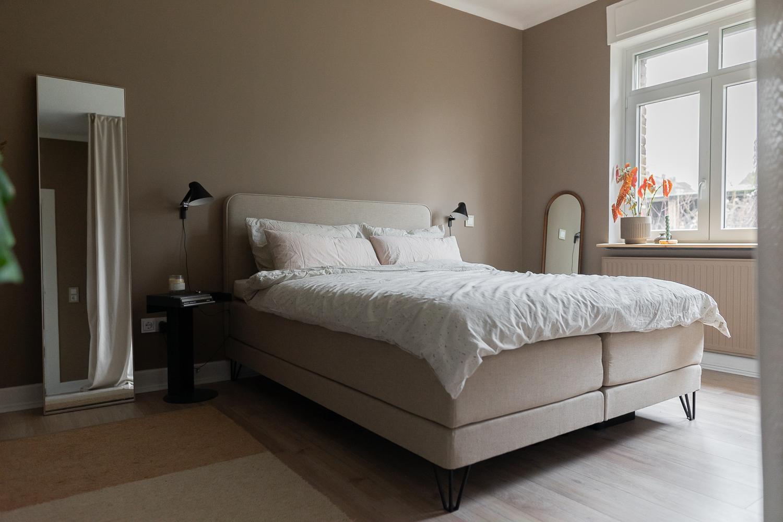 Beige Wandfarbe im Schlafzimmer Bixspringbett von Swiss Sense